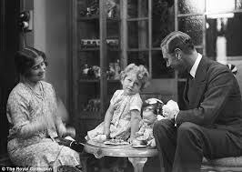 queen elizabeth with mom and dad